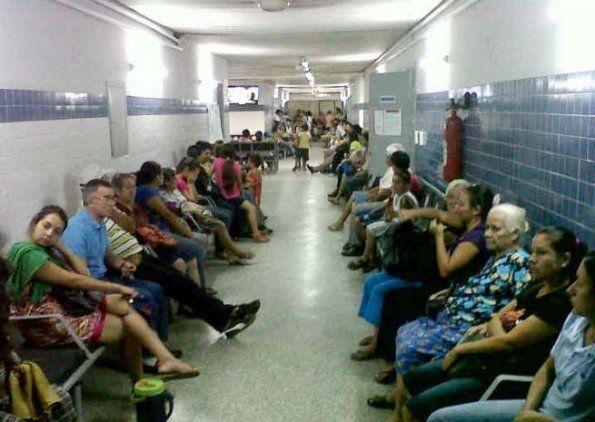Personas que consultan en los centros públicos cada día van en aumento.