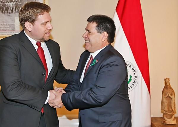 Eddie Jara, presidente de Petropar, junto al presidente de la República, Horacio Cartes.