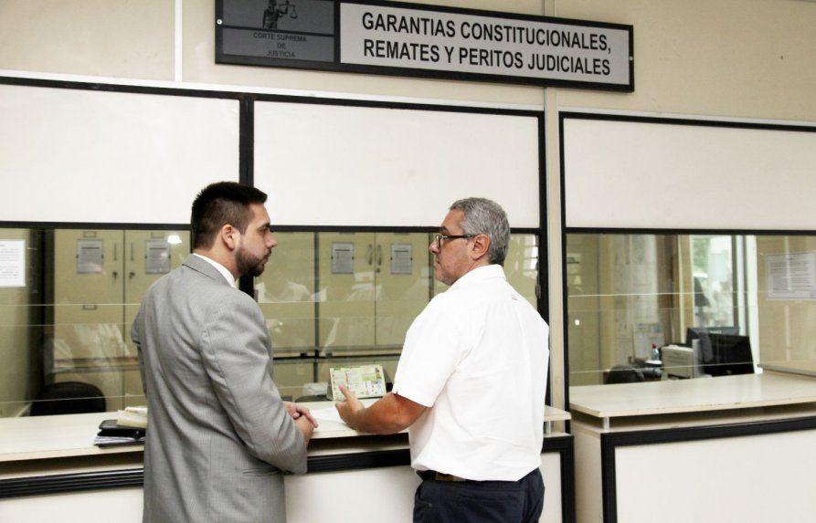 http://www.lavozdigital.com.py//assets/los-abogados-jose-fernando-casanas-levi-der-y-francisco-viveros-en-ocasion-de-presentar-el-amparo-contra-la-camara-de-diputados-_893_573_1481314.jpg